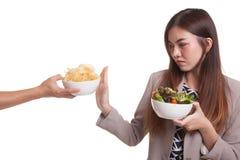 Η νέα ασιατική γυναίκα με τη σαλάτα λέει το αριθ. στα τσιπ πατατών Στοκ εικόνα με δικαίωμα ελεύθερης χρήσης