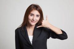 Η νέα ασιατική γυναίκα παρουσιάζει με την τηλεφωνική χειρονομία Στοκ Φωτογραφία