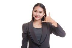 Η νέα ασιατική γυναίκα παρουσιάζει με την τηλεφωνική χειρονομία Στοκ εικόνες με δικαίωμα ελεύθερης χρήσης