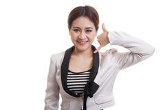 Η νέα ασιατική γυναίκα παρουσιάζει με την τηλεφωνική χειρονομία Στοκ φωτογραφίες με δικαίωμα ελεύθερης χρήσης