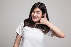 Η νέα ασιατική γυναίκα παρουσιάζει με την τηλεφωνική χειρονομία Στοκ εικόνα με δικαίωμα ελεύθερης χρήσης