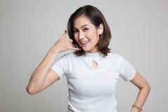 Η νέα ασιατική γυναίκα παρουσιάζει με την τηλεφωνική χειρονομία Στοκ φωτογραφία με δικαίωμα ελεύθερης χρήσης