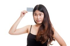 Η νέα ασιατική γυναίκα σκέφτεται με μια κενή κάρτα Στοκ εικόνες με δικαίωμα ελεύθερης χρήσης