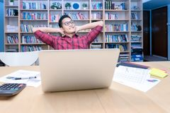 Η νέα ασιατική επιχείρηση freelancer χαλαρώνει και σκεπτόμενος για τις νέες ιδέες Στοκ Εικόνα