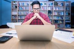 Η νέα ασιατική επιχείρηση freelancer χαλαρώνει και σκεπτόμενος για τις νέες ιδέες Στοκ φωτογραφίες με δικαίωμα ελεύθερης χρήσης