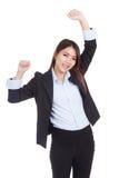 Η νέα ασιατική επιχειρηματίας ευτυχής έβαλε τα χέρια της επάνω Στοκ φωτογραφία με δικαίωμα ελεύθερης χρήσης