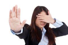 Η νέα ασιατική επιχειρηματίας καλύπτει το μάτι της λέει το αριθ. Στοκ Φωτογραφίες