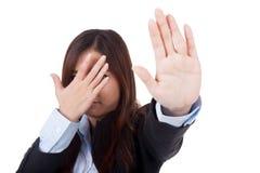 Η νέα ασιατική επιχειρηματίας κρύβει το πρόσωπό της λέει το αριθ. Στοκ εικόνα με δικαίωμα ελεύθερης χρήσης