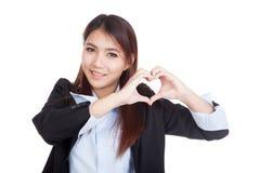 Η νέα ασιατική επιχειρηματίας παρουσιάζει σημάδι χεριών καρδιών Στοκ εικόνα με δικαίωμα ελεύθερης χρήσης