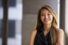 Η νέα ασιατική επιχειρηματίας που χαμογελά στη κάμερα, κλείνει επάνω Στοκ εικόνες με δικαίωμα ελεύθερης χρήσης