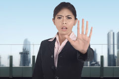 Η νέα ασιατική επιχειρησιακή γυναίκα δεν παρουσιάζει ΚΑΜΙΑ χειρονομία με το σοβαρό expressi Στοκ Εικόνα