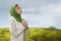Η νέα ασιατική μουσουλμανική γυναίκα φαίνεται ομορφιά με το hijabstyle στοκ φωτογραφία με δικαίωμα ελεύθερης χρήσης