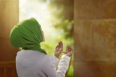Η νέα ασιατική μουσουλμανική γυναίκα φαίνεται ομορφιά φορώντας hijab το ύφος Στοκ φωτογραφία με δικαίωμα ελεύθερης χρήσης