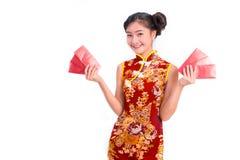 Η νέα ασιατική φθορά γυναικών ομορφιάς cheongsam και φέρνει το κόκκινο πακέτο Στοκ Φωτογραφία