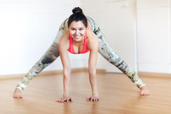 Η νέα γιόγκα άσκησης γυναικών χαμόγελου, Ardha Padmasana θέτει, mudra, επίλυση Στοκ Φωτογραφία