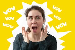 Η νέα γυναίκα άνοιξε το στόμα της στην έκπληξη r o comics στοκ φωτογραφίες