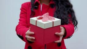 Η νέα γυναίκα άντεξε ένα δώρο απόθεμα βίντεο