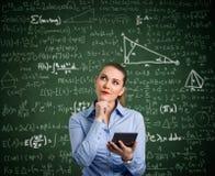 Η νέα γυναίκα έχει το πρόβλημα με τα μαθηματικά στοκ φωτογραφίες