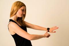 Η νέα γυναίκα αγγίζει το ρολόι της Apple Στοκ φωτογραφία με δικαίωμα ελεύθερης χρήσης