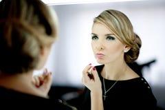 Η νέα γυναίκα αποτελεί τα χείλια Στοκ Εικόνες