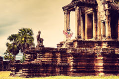 Η νέα γυναίκα απολαμβάνει το ταξίδι στον αρχαίο ναό Καμπότζη, σύνθετο Angkor Wat Στοκ Φωτογραφίες