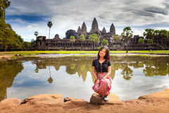 Η νέα γυναίκα απολαμβάνει το ταξίδι στον αρχαίο ναό Καμπότζη, σύνθετο Angkor Wat Στοκ φωτογραφίες με δικαίωμα ελεύθερης χρήσης