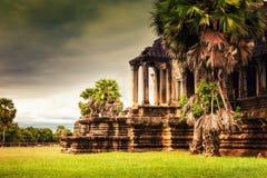 Η νέα γυναίκα απολαμβάνει το ταξίδι στον αρχαίο ναό Καμπότζη, σύνθετο Angkor Wat Στοκ Εικόνα