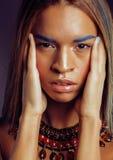 Η νέα γυναίκα αφροαμερικάνων με δημιουργικό αποτελεί Στοκ Εικόνες