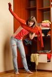 Η νέα γυναίκα βάζει στο πορτοκαλί πουλόβερ Στοκ εικόνες με δικαίωμα ελεύθερης χρήσης