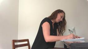 η νέα γυναίκα γράφει μια επιστολή με το χέρι φιλμ μικρού μήκους
