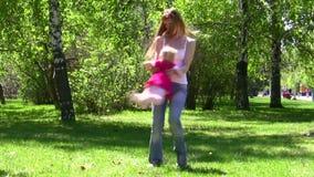 Η νέα γυναίκα γυρίζει το παιδί φιλμ μικρού μήκους