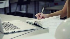 Η νέα γυναίκα δείχνει τις πληροφορίες για το τελευταίο πρόγραμμα μάρκετινγκ στο σημειωματάριο φιλμ μικρού μήκους