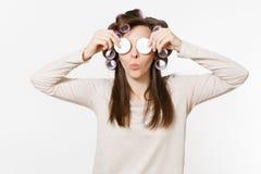 Η νέα γυναίκα διασκέδασης με τα ρόλερ σκουπίζει το πρόσωπο δερμάτων της με τα του προσώπου σφουγγάρια που απομονώνεται στο άσπρο  στοκ εικόνα με δικαίωμα ελεύθερης χρήσης