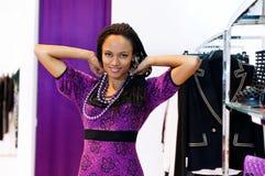 Η νέα γυναίκα δοκιμάζει τις χάντρες Στοκ Εικόνες
