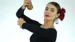 Η νέα γυναίκα είναι παραδοσιακός ισπανικός χορός χορού Flamenco χορευτής σε ένα ελαφρύ υπόβαθρο κίνηση αργή φιλμ μικρού μήκους