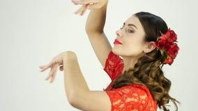 Η νέα γυναίκα είναι παραδοσιακός ισπανικός χορός χορού Flamenco χορευτής σε ένα ελαφρύ υπόβαθρο κίνηση αργή απόθεμα βίντεο