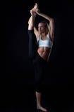 Η νέα γυναίκα εμφανίζει τέλεια διάσπαση στη στάση στοκ εικόνες
