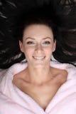 Η νέα γυναίκα εναπόκειται στο τρίχωμα που τοποθετείται γύρω από το κεφάλι της Στοκ Εικόνα