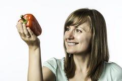 Η νέα γυναίκα εξετάζει το papper Στοκ φωτογραφία με δικαίωμα ελεύθερης χρήσης