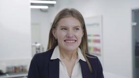 Ευτυχής συγκινημένος επιτυχής θρίαμβος επιχειρηματιών στην αρχή Η νέα γυναίκα ευχαριστημένη από τις καλές ειδήσεις, που παρακινού απόθεμα βίντεο