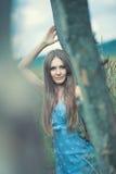 Η νέα γυναίκα ηρεμεί υπαίθρια το πορτρέτο Στοκ φωτογραφίες με δικαίωμα ελεύθερης χρήσης