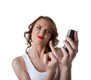 Η νέα γυναίκα θυμού εμφανίζει fuck δάχτυλο στο τηλέφωνο κυττάρων Στοκ φωτογραφίες με δικαίωμα ελεύθερης χρήσης