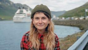Η νέα γυναίκα κάθεται στην άδεια κρουαζιερόπλοιων ρολογιών λιμένων απόθεμα βίντεο