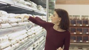 Η νέα γυναίκα κάνει τις αγορές στην υπεραγορά Στοκ Φωτογραφίες
