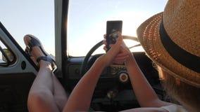 Η νέα γυναίκα κάνει τις εικόνες στην τηλεφωνική συνεδρίαση σε αυτόματο, το όμορφο κορίτσι κάνει selfie τη φωτογραφία σε κινητό στ απόθεμα βίντεο