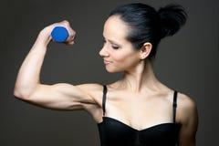 Η νέα γυναίκα κάνει τον αθλητισμό με το barbell Στοκ εικόνα με δικαίωμα ελεύθερης χρήσης