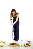Η νέα γυναίκα καθαρίζει με τη σκούπα Στοκ φωτογραφία με δικαίωμα ελεύθερης χρήσης