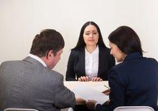 Η νέα γυναίκα κατά τη διάρκεια της συνέντευξης εργασίας και τα μέλη Στοκ φωτογραφίες με δικαίωμα ελεύθερης χρήσης