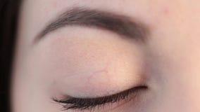 Η νέα γυναίκα κλείνει το σκοτεινό μάτι της ήρεμα φιλμ μικρού μήκους