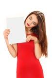 Η νέα γυναίκα κρατά ένα καθαρό φύλλο του εγγράφου διαθέσιμο Στοκ Φωτογραφία